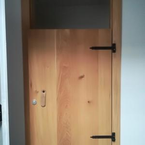PORTA CAMERINO Porta camerino in legno completa di telaio € 80. 5 uguali disponibili presso il centro.