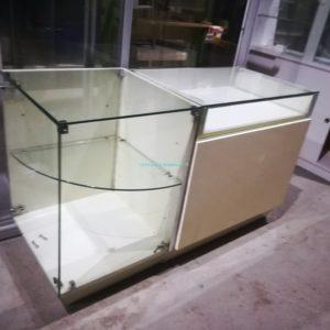 BANCONE VETRINA colore bianco latte lucido modulo da 100 x 60 x 90 cm con Teca vetrina sul piano. oltre modulo da 60 x 60 x 90 cm con vetrina intera