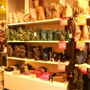 NEGOZIO DI BORSE Arredamento componibile per negozio di borse e accessori, ideale anche per esposizione scarpe o abbigliamento. diverse pareti componibili con mensole, appenderie e cassettiere