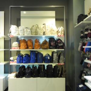 ESPOSIZIONE BORSE Arredamento componibile per negozio di borse e accessori, ideale anche per esposizione scarpe o abbigliamento. diverse pareti componibili con mensole, appenderie e cassettiere.