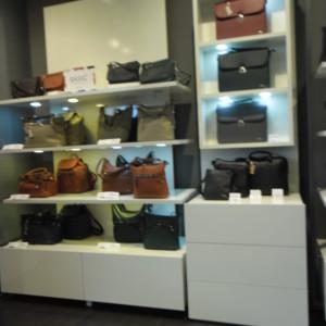 ARREDO NEGOZIO BIANCO Arredamento componibile per negozio di borse e accessori, ideale anche per esposizione scarpe o abbigliamento. Diverse pareti componibili con mensole, appenderie e cassettiere.