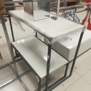 BANCONE ESPOSITIVO Banco espositivo composto da due moduli in ferro grigio e piano in laminato bianco lucido