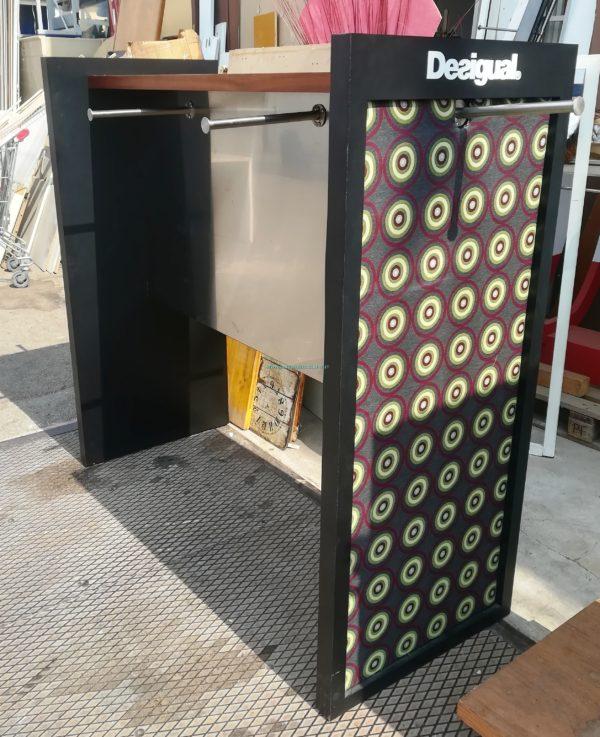 ISOLA STENDER NERO IN TRUCIOLARE CON MENSOLA SOPRA IN LEGNO 60 X 160 X 160H CM € 200,00
