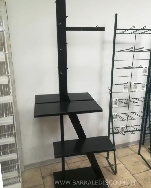 Espositore Scaffale in Ferro colore nero.  ideale per esposizione merce con spazi divisori diversi.  Misura 70 x 180 h x 50 cm.  Buone condizioni.